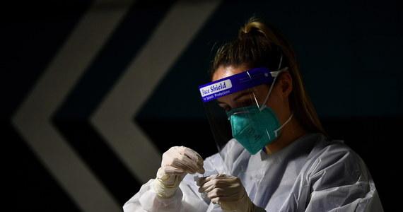 Kolejny dzień w ministerialnym raporcie dotyczącym zachorowań na Covid-19 resort informuje o ponad dwóch tysiącach nowych zakażeń koronawirusem – potwierdziły się nieoficjalne nieoficjalne informacje reportera RMF FM, Michała Dobrołowicza. W ciągu ostatniej doby testy potwierdziły 2007 nowych przypadków. To jest wzrost o 66 procent w porównaniu do poprzedniego czwartku.
