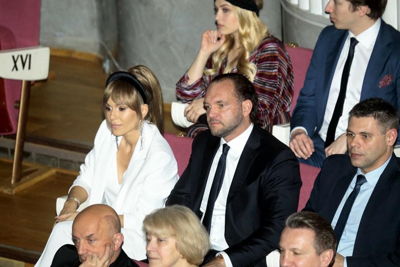 """Emil Stępień postanowił odnieść się do ostatniego komentarza Dody i zabrał głos w sprawie filmu """"Dziewczyny z Dubaju"""". Producent twierdzi, że film jest skończony i gotowy do dystrybucji."""