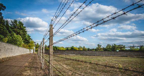 """W Brandenburg an der Havel rozpoczyna się proces 100-letniego Josefa S., któremu zarzuca się, że jako strażnik SS w obozie koncentracyjnym Sachsenhausen świadomie i dobrowolnie pomagał w okrutnym zamordowaniu ponad 3 tys. ludzi. W 1944 roku zamordowany został tam komendant główny Armii Krajowej Stefan """"Grot"""" Rowecki."""