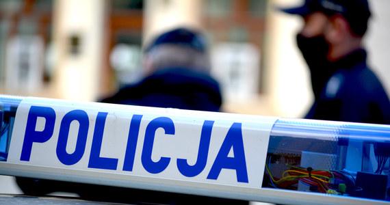 Zarzut zabójstwa i usiłowania zabójstwa ma usłyszeć 28-letni obywatel Ukrainy Dymitr T. Mężczyzna przedwczoraj w mieszkaniu przy ulicy Krakowskiej w Tarnowie w woj. małopolskim miał zaatakować swoją żonę i 7-letniego syna. Dziecko zmarło od ciosów nożem.
