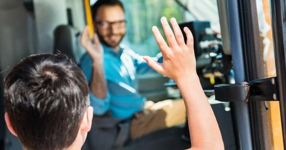 W Głownie w województwie łódzkim kierujący szkolnym autobusem miał 1,76 promila alkoholu w organizmie. Dzieci bezpiecznie poczekały na innego kierującego. 50-latkowi zatrzymano prawo jazdy, grożą mu 2 lata więzienia - podała rzeczniczka zgierskiej policji Magdalena Nowacka.