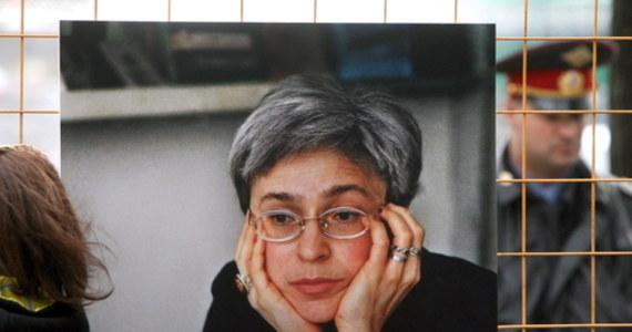 Unijna dyplomacja wzywa Rosję do zapewnienia, że wszyscy odpowiedzialni za zabójstwo Anny Politkowskiej zostaną postawieni przed wymiarem sprawiedliwości w ramach otwartego i przejrzystego procesu sądowego. Właśnie mija 15 lat od morderstwa rosyjskiej dziennikarki i obrończyni praw człowieka Anny Politkowskiej. Została ona zastrzelona w swoim bloku w centrum Moskwy. Jej sprawa pozostaje nierozwiązana.