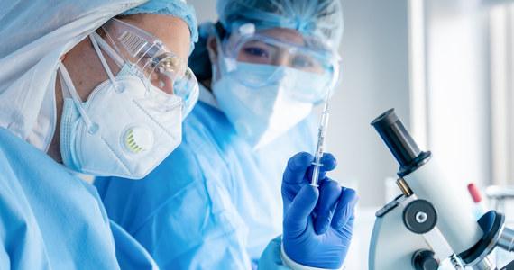 Koncerny farmaceutyczne Pfizer i BioNTech poinformowały, że złożyły wniosek do amerykańskiej Agencji Żywności i Leków o zgodę na stosowanie ich szczepionki przeciw Covid-19 u dzieci w wieku 5-11 lat. Decyzja Agencji spodziewana jest w listopadzie.