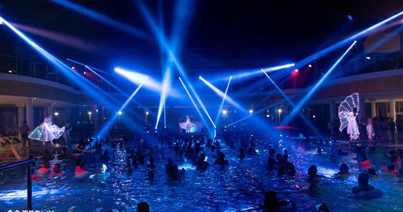 Już 13 listopada w Termach BUKOVINA odbędzie się kolejna już Noc Basenów. Czekaja na was: imponująca scena na wodzie, pokazy tańca, efektowne projekcje na ekranach LED, wyrzutne ognia i fantastyczne konkursy. Gwiazdą wieczoru będzie GROMEE. Impreza potrwa od 20:00 do 24:00.