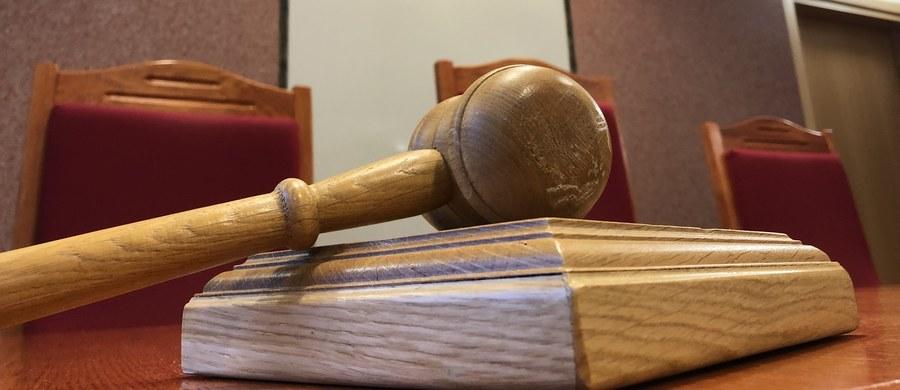 Były policjant z Białegostoku został skazany na pół roku więzienia w zawieszeniu. Był oskarżony m.in. o spowodowanie obrażeń i zniszczenie mienia. Wyrok w części skazującej jest prawomocny – przysługuje od niego jedynie kasacja do Sądu Najwyższego.