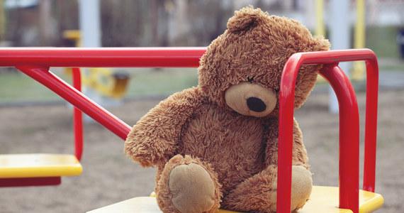 Zarzuty znęcania się nad dzieckiem i narażenia go na bezpośrednie niebezpieczeństwo utraty życia i ciężkiego uszczerbku na zdrowiu przedstawiła kielecka prokuratura rodzicom rocznego chłopca. We wtorek dziecko ze złamaną nogą i ręką trafiło do szpitala.