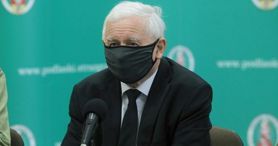 """""""Nie ma żadnego naporu ze strony uchodźców. Przyjeżdżają emigranci ekonomiczni, są właściwie przywożeni"""" - ocenił na konferencji prasowej wicepremier Jarosław Kaczyński. """"Wszystko wskazuje na to, że specjalnie ci ludzie są doprowadzani do stanu osłabienia. Obok używania dzieci to druga metoda, która ma nas zmusić do tego, żeby ich przyjmować. Wszystko jest niezwykle cyniczną i brutalną akcją służb"""" - zauważył."""