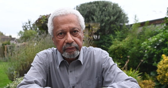Abdulrazak Gurnah został laureatem literackiej Nagrody Nobla 2021 roku. Ten 73-letni powieściopisarz, urodzony w Tanzanii, mieszka dziś w Wielkiej Brytanii. Jest autorem 10 powieści oraz wielu opowiadań, przez które przewija się wątek uchodźców. On sam opuścił swoją ojczyznę pod koniec lat 60. ubiegłego wieku.