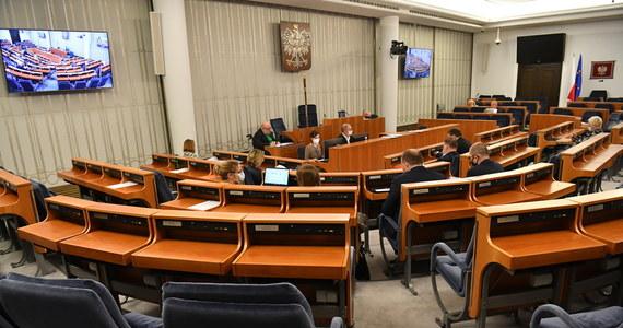 """""""W tym wyroku chodzi tylko o jedno - o zabezpieczenie skoku PiS na wolne polskie sądy i niezależnych polskich sędziów; by to na Nowogrodzkiej ustalano, jakie są w Polsce wyroki sądów"""" - tak senator Marcin Bosacki (KO) na wspólnej konferencji z innymi przedstawicielami większości senackiej skomentował ostatni wyrok Trybunału Konstytucyjnego. Instytucja orzekła, że  prawo krajowe jest nadrzędne względem prawa europejskiego."""