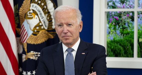 Prezydent USA Joe Biden pochwalił w czwartek firmy, które wprowadziły wymogi szczepień dla swoich pracowników, dodając, że skłoniły one do zaszczepienia się wiele tysięcy ludzi. Biden podkreślił, że nakazy te są też dobre dla gospodarki.