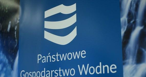 Przedsiębiorcy oraz dwoje pracowników Wód Polskich, w sumie sześć osób, zostało zatrzymanych przez funkcjonariuszy Centralnego Biura Antykorupcyjnego - poinformowało w piątek CBA. Zarzuty dotyczą m.in. wystawiania fikcyjnych faktur na usługi związane z gospodarką wodną na łączną kwotę ponad 1 mln zł.