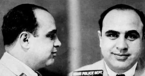 """Zdjęcia rodzinne, zegarek czy Colt znajdą się wśród ponad 170 przedmiotów należących do Ala Capone lub jego rodziny, które trafią w piątek na aukcję w Sacramento w stanie Kalifornia. Wnuczka słynnego gangstera liczy na to, że poprzez te osobiste przedmioty licytujący poznają """"ludzką stronę"""" jej dziadka."""