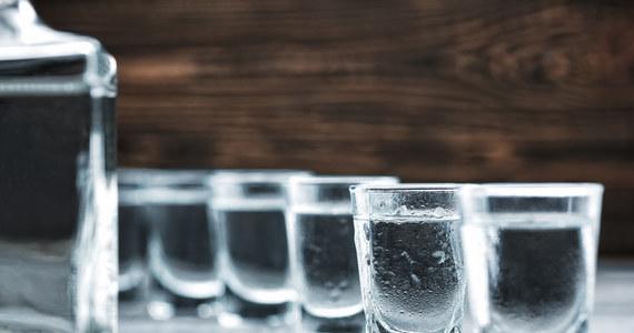 Do 17 wzrosła liczba zmarłych po spożyciu podrobionego alkoholu w rosyjskim obwodzie orenburskim - regionie leżącym na Uralu. Jak podał w piątek Komitet Śledczy, zatrzymano trzy osoby podejrzane o handel podrobionym trunkiem.
