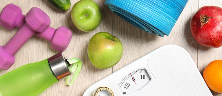 Redukcja masy ciała jest procesem, który wymaga czasu i zaangażowania. Najskuteczniej chudniemy, gdy dieta nie jest dla nas pasmem wyrzeczeń, ale sposobem zatroszczenia się o siebie - podkreśla dietetyk dr Dominika Wnęk.