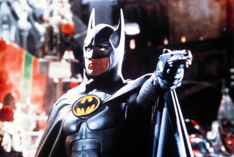 """Michael Keaton już niebawem po raz trzeci wcieli się w Batmana. Zrobi to na potrzeby filmu """"Flash"""". Co ciekawe, aktor mógłby na planie korzystać ze swojego starego kostiumu Człowieka-Nietoperza. """"Pasuje idealnie"""" - pochwalił się gwiazdor w programie """"The Late Show with Stephen Colbert""""."""