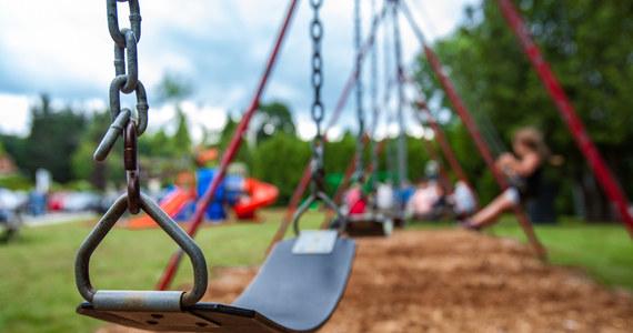"""Pięcioletnia dziewczynka uciekła z placu zabaw przed domem i poszła do pobliskiego centrum handlowego """"pograć w grę"""". O bawiącej się samotnie dziewczynce policję zaalarmowała ochrona sklepu."""