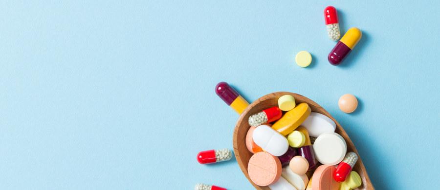 """Lekarze przypominają, że suplementy diety nie są lekami – są żywnością, tyle, że w bardziej skoncentrowanej formie, która ma uzupełniać ewentualne niedobory. Ich producenci nieraz podkreślają, że """"stanowią niezbędny element zdrowego życia"""". Gdzie leży prawda? Czy prawidłowo zróżnicowana dieta to za mało? Fakty i mity na temat suplementów zebrała lek. Agata Sławin, specjalista medycyny rodzinnej."""