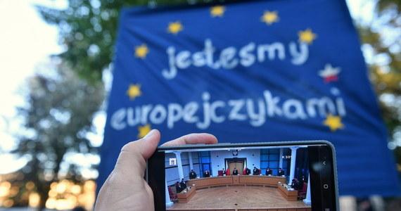 """""""Prawo UE ma pierwszeństwo przed prawem krajowym, w tym przed przepisami konstytucyjnymi. Na to zgodziły się wszystkie państwa członkowskie UE jako członkowie Unii Europejskiej"""" – oświadczyła Ursula von der Leyen. Szefowa Komisji Europejskiej jest zaniepokojona decyzją Trybunału Konstytucyjnego, który orzekł w czwartek inaczej: że prawo krajowe ma wyższość nad prawem unijnym."""