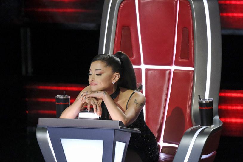 """Ariana Grande została jurorką 21. edycji amerykańskiej wersji """"The Voice"""". Oczywistym było, że w związku z tym w programie pojawi się sporo fanów artystki, którzy będą chcieli pokazać się przed swoją idolką. Ci odważniejsi, próbują nawet zmierzyć się z utworami Ariany. Z jakim skutkiem? Te dziewczyny nie spodziewały się takiej reakcji!"""