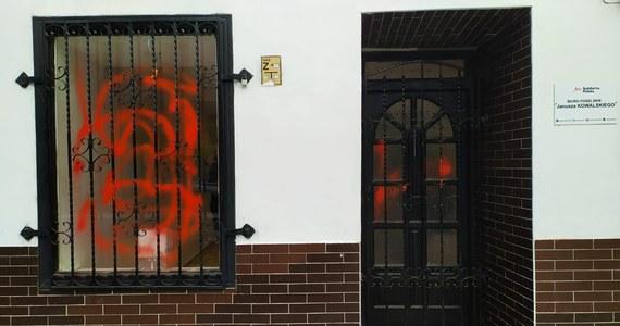 Policja szuka sprawcy bądź sprawców, którzy zaatakowali biuro posła Solidarnej Polski Janusza Kowalskiego w Paczkowie na Opolszczyźnie. Drzwi i okno biura pomazano farbą.