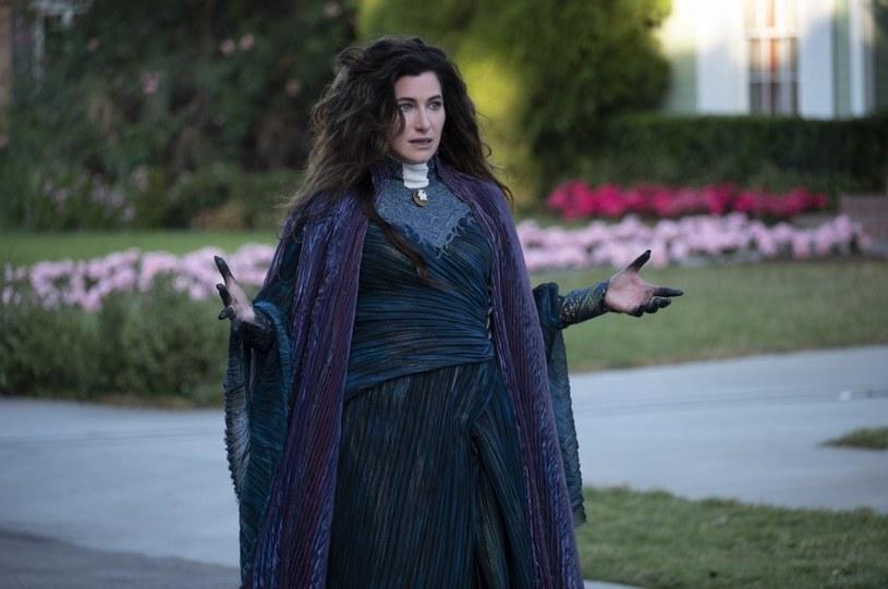 """Znana z serialu """"WandaVision"""" Agatha Harkness, będzie główną bohaterką serialowego spin-offu """"WandaWision"""". Po raz kolejny w rolę czarownicy wcieli się Kathryn Hahn."""