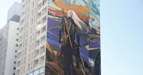 Na trzech ścianach 70-metrowego wieżowca w centrum Łodzi powstał największy mural w kraju i jeden z największych na świecie. Gigantyczne malowidło przedstawia Geralta z Rivii, czyli Wiedźmina z sagi pióra łodzianina Andrzeja Sapkowskiego. Autorem potężnego muralu jest Jakub Rebelka.