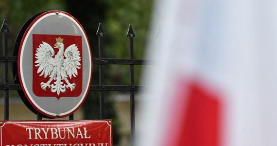 """""""Po raz pierwszy mamy do czynienia z wyrokiem przeciwko unijnym traktatom"""" - mówi komisarz ds. wymiaru sprawiedliwości Didier Reynders. Eksperci europejskiego prawa w unijnych instytucjach podkreślają, że orzeczeń sądów konstytucyjnych innych krajów nie da się porównać z wyrokiem polskiego TK."""