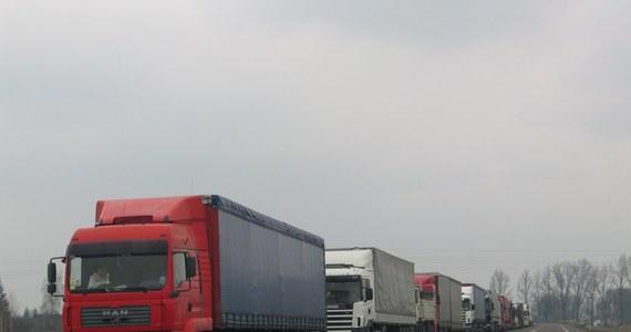Do 28 godzin wydłużył się dziś po południu czas oczekiwania ciężarówek na odprawę po polskiej stronie granicy przed przejściem granicznymi z Białorusią w Bobrownikach i Kuźnicy (Podlaskie). Wprowadzono strefy buforowe dla oczekujących ciężarówek.