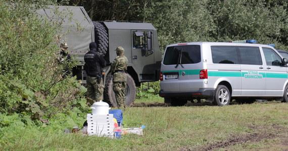 Charge d'affaires ambasady Białorusi w Polsce, został wezwany do Ministerstwa Spraw Zagranicznych i poinformowany o naszym stanowisku wobec incydentów na granicy, również w kwestii strzałów w kierunku patrolu Straży Granicznej. Mamy dowody, że zostały oddane - powiedział rzecznik MSZ Łukasz Jasina.
