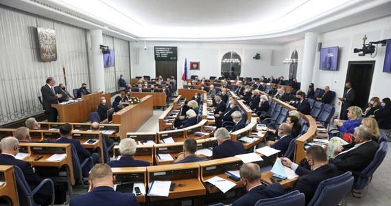 Senat RP deklaruje, że będzie stał na straży interesu narodowego, którym jest dalsza obecność Polski w Unii Europejskiej - napisano w przyjętej rezolucji Senatu. Podkreślono, że członkostwo w UE zwiększa dobrobyt i bezpieczeństwo Polski.