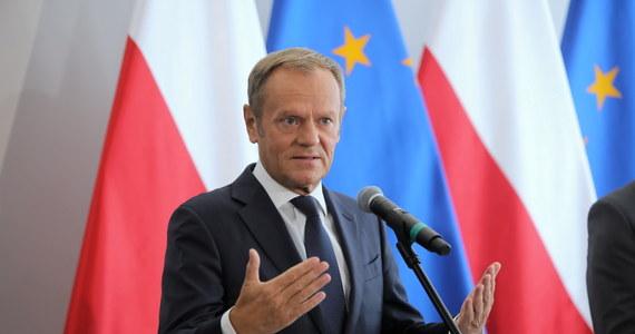 """""""W Polsce mamy dziś do czynienia z władzą, która w swoim rdzeniu jest antyeuropejska, a co najmniej eurosceptyczna"""" – ocenił w wywiadzie dla TVN24 były premier, a obecnie lider Platformy Obywatelskiej Donald Tusk. """"Samego Jarosława Kaczyńskiego zawsze bardzo irytowało, to było dla niego nie do zaakceptowania, że są jakieś ograniczenia dla jego woli. Czy one są wewnętrzne, czy to jest konstytucja, czy to są niezależne sądy, niezależne media czy UE. On nie spocznie, dopóki nie wyzwoli siebie samego z tego typu ograniczeń"""" – ostrzegł."""