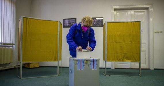 Dwudniowe wybory do Izby Poselskiej parlamentu Republiki Czech zostały przerwane o 22.00.  Lokale wyborcze ponownie zostaną otwarte w sobotę o 8.00, a wybory zakończą się w sobotę o 14.00. Według szacunków dzisiejsza frekwencja była podobna do tej sprzed czterech lat.