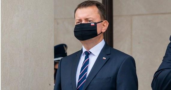 """""""Prowokacje na granicy ze strony białoruskiej są i pewnie będą miały miejsce, a w sytuacji ataku hybrydowego oczekuję wsparcia opozycji dla instytucji państwa"""" - powiedział w piątek szef MON Mariusz Błaszczak, komentując strzały oddane na granicy polsko-białoruskiej w kierunku polskich funkcjonariuszy."""