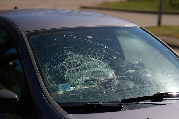 Awantura na środku drogi. Kierowca zginął pchnięty na maskę jadącego auta