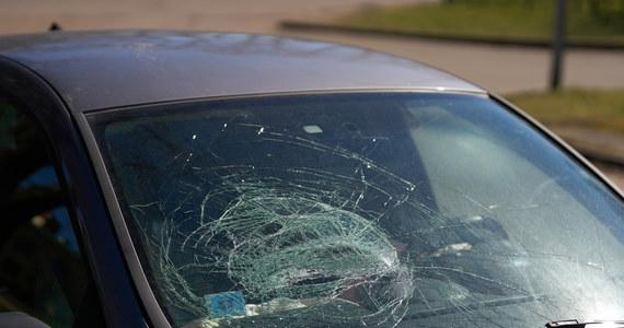 W nocy na drodze krajowej nr 16 w okolicach miejscowości Laseczno koło Iławy (woj. warmińsko-mazurskie) doszło do tragicznego wypadku: 22-letni kierowca ciężarówki szarpał się z 59-letnim kierowcą opla. Starszy z kierowców zmarł po tym, gdy pchnięty wpadł na maskę przejeżdżającego obok samochodu.