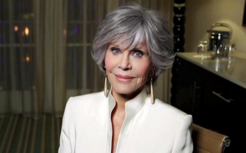 Jane Fonda jest dziś postacią ikoniczną nie tylko za względu na swoje osiągnięcia w aktorstwie, ale także za sprawą swojego zaangażowania w kwestie społeczne. Jest m.in. oddaną aktywistką na rzecz sytuacji kobiet. Choć jest feministką, to ostatnio zdradziła, że bardziej przywiązuje wagę do tego, czy podoba się mężczyznom niż kobietom. Nawet gdy tylko wybiera na wizytę do lekarza-mężczyzny, to też bardziej się mobilizuje, by wyglądać atrakcyjnie. 83-latka uważa, że to część jej DNA i najpewniej nawet na łożu śmierci nie zmieni swojego podejścia w tej kwestii.