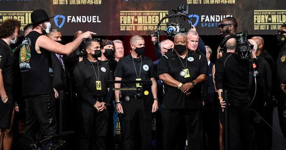 Broniący tytułu mistrza świata WBC kategorii ciężkiej Tyson Fury (30-0-1, 21 KO) i Deontay Wilder (42-1-1, 41 KO) nie ważyli tak dużo przed żadną walką bokserską. Przed sobotnim pojedynkiem w Las Vegas Brytyjczyk Fury miał 125,6 kg, zaś Amerykanin Wilder 107,9 kg.