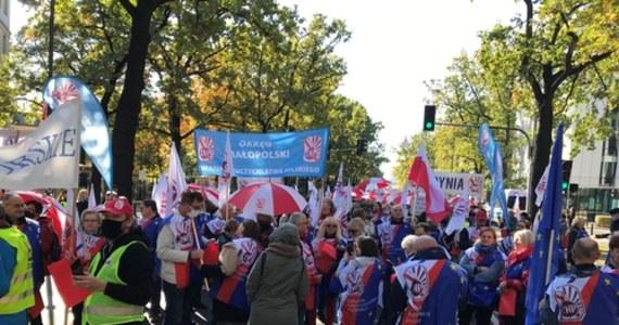 """""""Szacunek i godna płaca"""" to hasło protestu pracowników budżetówki. Dzisiaj w Warszawie zaplanowanych jest kilka manifestacji."""