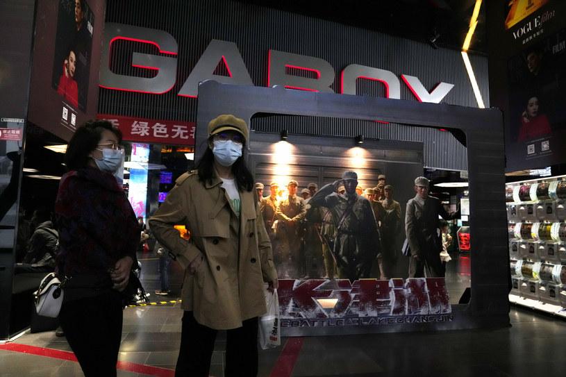 """Choć na świecie pandemiczne rekordy popularności biją w kinach filmy """"Nie czas umierać"""" i """"Venom 2: Carnage"""", osobną historię na chińskim rynku tworzy widowisko wojenne zatytułowane """"The Battle at Lake Changjin"""". Według ostatnich doniesień film zarobił tam już ponad pół miliarda dolarów, zostawiając daleko w tyle wspomniane wcześniej zachodnie produkcje."""
