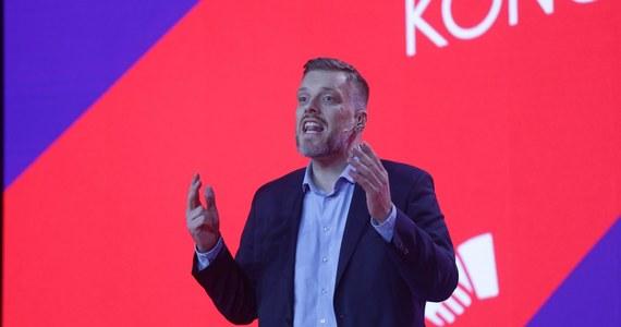 """""""Nasze społeczeństwo rozsadzają nierówności; możemy żyć w Polsce i świecie, w którym pracownicy mają większy kawałek tortu, w którym docenia się pracę i czyni się ją lżejszą, możemy skrócić czas pracy"""" - mówił podczas kongresu Nowej Lewicy lider partii Razem Adrian Zandberg."""