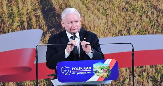"""Prezes Prawa i Sprawiedliwości w Przysusze zaprezentował nowe propozycje dla wsi, które mają się znaleźć w Polskim Ładzie. Chcemy, by nasze hasło: """"jedna Polska, jeden naród, jedne szanse, jedna godność"""" zostało zrealizowane. Żaden przeciwnik, sam diabeł nas nie zatrzyma w walce o to, byśmy to zadanie zrealizowali"""" - powiedział Jarosław Kaczyński. Zapowiedział też, że część gospodarstw będzie korzystało z dopłat na poziomie wyższym niż w Unii Europejskiej."""
