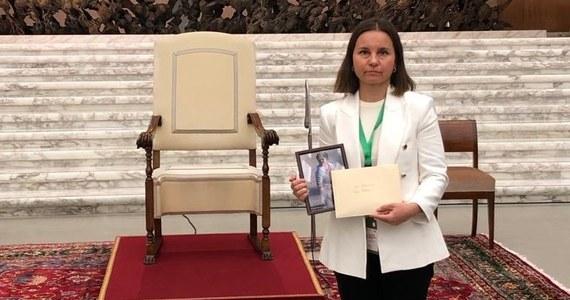 """Posłanka Koalicji Obywatelskiej Urszula Zielińska wręczyła papieżowi Franciszkowi list w sprawie migracji przez polsko-białoruską granicę i zdjęcia dzieci odesłanych na granicę przez Straż Graniczną. """"W liście przypomniałam, że od wielu tygodni granicę Unii Europejskiej przekraczają setki uchodźców w poszukiwaniu bezpieczeństwa. Zaznaczyłam, że białoruski reżim traktuje uchodźców jak żywą broń"""" - napisała parlamentarzystka na Facebooku."""
