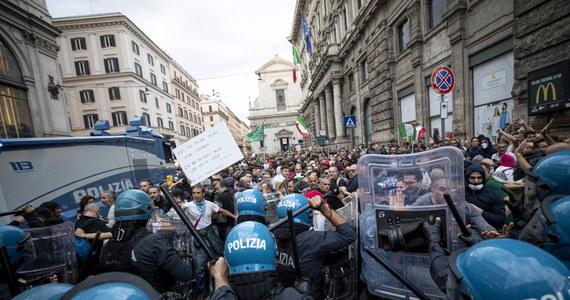 W Rzymie doszło do gwałtownych starć manifestujących przeciwników przepustki sanitarnej, w tym wielu antyszczepionkowców z policją. Funkcjonariusze użyli armatek wodnych, by rozproszyć napierających demonstrantów, którzy obrzucali ich petardami.