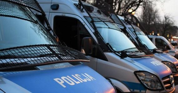 """""""Będziemy reagować na rażące przypadki łamania prawa"""" - tak stołeczna policja odpowiada na pytanie, jak traktuje negatywną opinię mazowieckiego sanepidu w sprawie popołudniowej manifestacji w Warszawie. Przypomnijmy, że demonstracja ma się rozpocząć ma Placu Zamkowym o godzinie 18."""