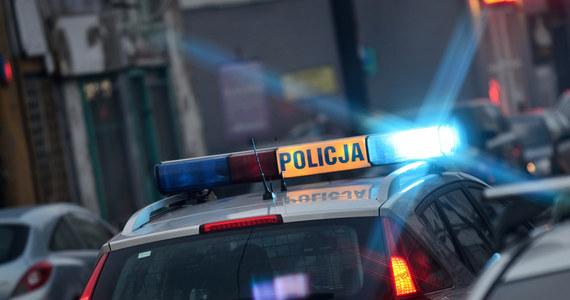 Policja szuka świadków bójki kierowców, do której doszło w piątkowy wieczór na drodze krajowej nr 16 niedaleko Iławy (woj. warmińsko-mazurskie). Na drodze zginął 59-latek, który został popchnięty przez 22-latka wprost na nadjeżdżający samochód.