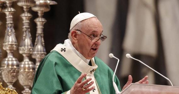 """Papież Franciszek powiedział w niedzielę, że rozpoczęty synod biskupów nie może być kościelnym zjazdem, kongresem politycznym czy parlamentem. """"Duch Święty prosi nas, abyśmy wsłuchiwali się w pytania, niepokoje, nadzieje każdego Kościoła, każdego ludu i narodu"""" - dodał."""