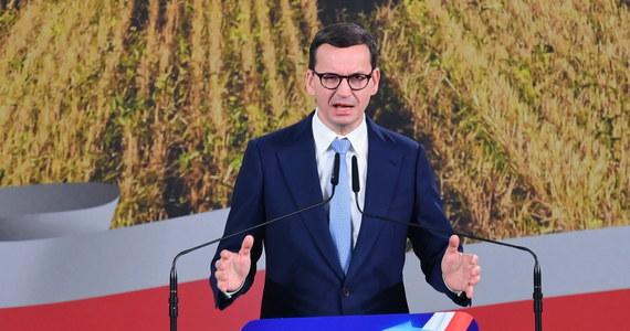 Polexit to fake news. To szkodliwy mit, którym opozycja zastępuje swój brak pomysłu na odpowiednią pozycję Polski w Europie - napisał w niedzielę na Facebooku premier Mateusz Morawiecki. Wszelkie zobowiązania wynikające z prawa Unii Europejskiej pozostają w mocy - dodał.