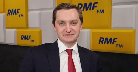 """""""Opozycja od kilku lat co chwilę ogłasza, że Polska wychodzi z Unii Europejskiej. Zawsze, kiedy jest sytuacja, w której polski rząd ma inne zdanie niż na przykład Komisja Europejska, jest grzmienie opozycji, że Polska wychodzi z UE. To jest festiwal, do którego jesteśmy przyzwyczajeni, tylko retoryka jest podkręcona. To jest przykre z tego powodu, że niezależnie od tego, jaką mamy wizję Polski, to powinniśmy mieć wizję Polski a nie Brukseli"""" – tak na pytanie o to, czy grozi nam polexit, odpowiedział w Porannej rozmowie w RMF FM Sebastian Kaleta."""