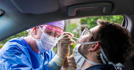 Mamy 903 nowe zakażenia koronawirusem w Polsce - przekazało Ministerstwo Zdrowia w najnowszym raporcie dotyczącym epidemii w kraju. To wzrost o 30 procent w porównaniu do poprzedniego poniedziałku. W szpitalach przebywa obecnie 2 423 chorych na Covid-19. 231 pacjentów korzysta z respiratorów.