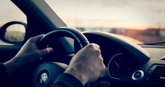 Za jazdę pod wpływem alkoholu odpowie 33–letni kierowca bmw, który wracając z dyskoteki zasnął w oczekiwaniu na zielone światło. Śpiącego mężczyznę zauważyli inni podróżujący, którym ten zablokował drogę pomiędzy miejscowościami Księżpol - Płusy w Lubelskiem. 33-latek stanie przed sądem.